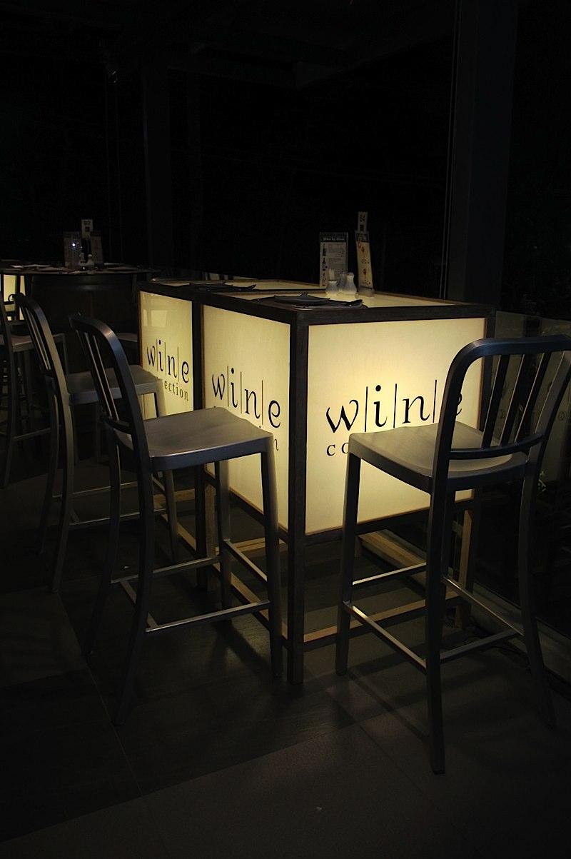 芭東海灘是布吉島,最熱鬧繁華的海灘,日間人潮聚集於迷人的沙灘,享受各式各樣的水上活動,華燈初上仿如美女換上晚裝般華麗美艷,搖身一變成為夜夜笙歌的場地。Wine Connection飲食集團在泰國各地均有分店,在布吉島芭東區除了在地標商場Jungceylon內設有分店,在芭東海灘路旁亦有開設分店,位置就在Patong Beach Hotel旁邊。  Wine Connection分3部份有餐廳,主要供應西餐、酒吧及售賣紅酒的專門店,餐廳及酒吧格調優雅,能眺望芭東海灘景致,晚上更不時能欣賞到海灘上遊人們盛放之