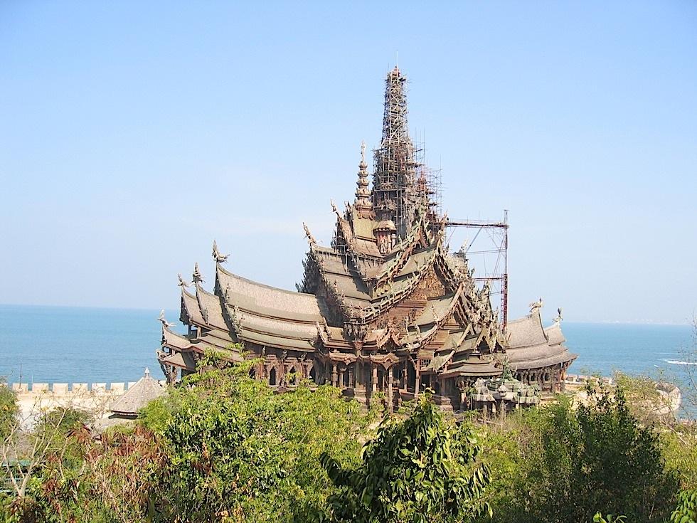 这个位於泰国芭达雅北部海边,105米高的木雕建筑,由已故泰国富商lek v