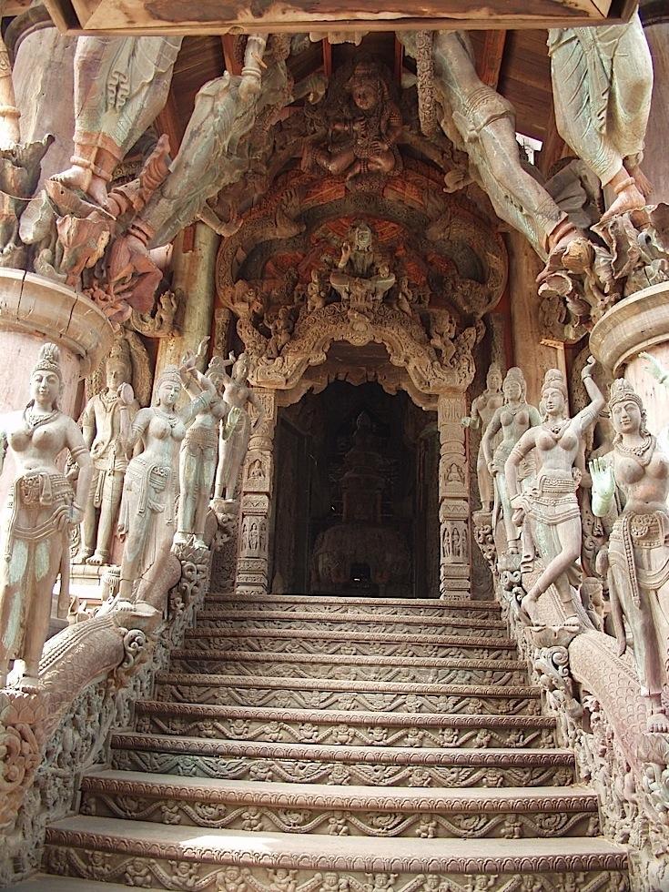 这座木雕之城的设计,是以泰国传统建筑的风格为基础,内里揉合了中国