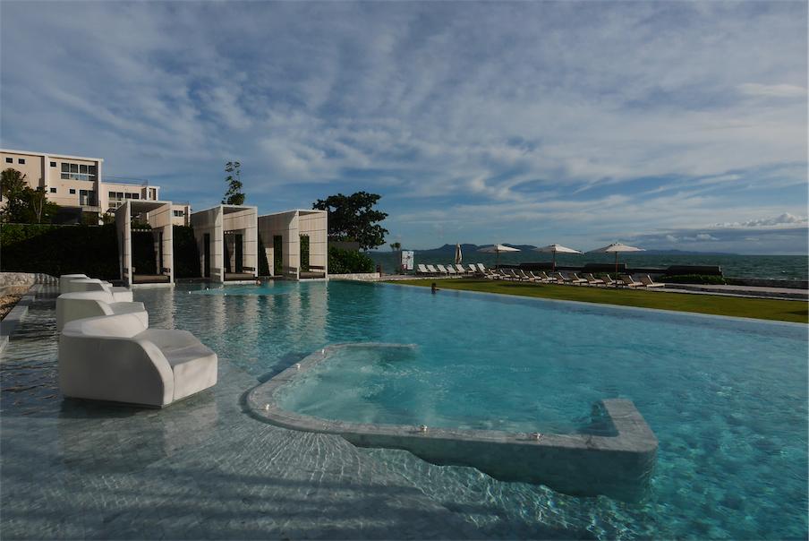 在芭達雅Cartoon Network 附近(即Sattahip區)有一間非常美麗的海景酒店;雖然地點十分隱蔽,不太方便但遊客一旦入住也不會投訴因為大多都不打算外出......  原因是因為環境及設施十分美麗!酒店辦理登記手續大堂位於地庫,是一個開放式的設計,在不太高的樓底中有些像魔鬼魚及其他海洋生物的裝飾掛在頭頂,意念是令你仿似置身於海底世界之中。再加上有型的家俬裝修,整間酒店的形像立即升級。