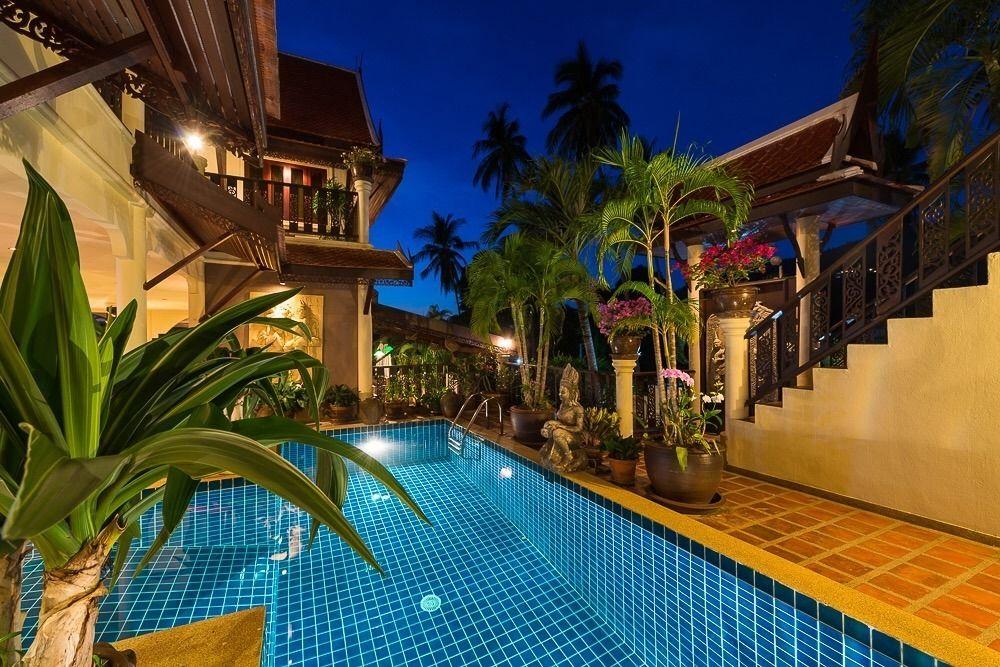 班西揚度假別墅(Baan Sijan Villa Resort)位於蘇梅島上,距離機場18公里,坐車的話需要約25分鐘,別墅有提供接送服務(另外收費)。不過距離蘇梅市中心就相對靠近,從飯店到市內幾大地標也算方便,例如Nathorn碼頭, Phitsanu Clinic, 蘇梅島百貨公司。   度假別墅房間有分雙人房(double room)和家庭套房(family suite),數量不多,客房只有5間,但就可以一次過租作為5Bedroom,所以最適合一班親朋好友全包入住。